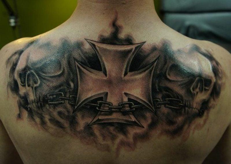 Kreuz Tattoo quadratisch am Rücken