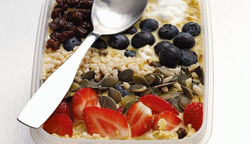 Frühstück gesund Müsli mit Beeren und Leinsamen