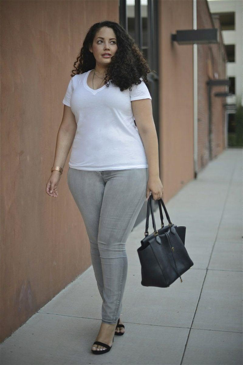 Mode für mollige Frauen graue Jeans T-Shirt weiss
