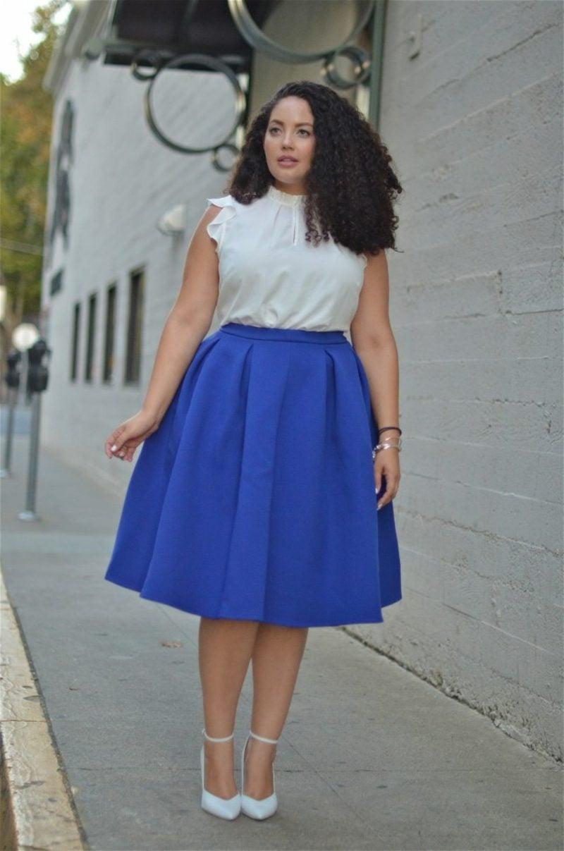 Mode für mollige Frauen blauer Rock breit