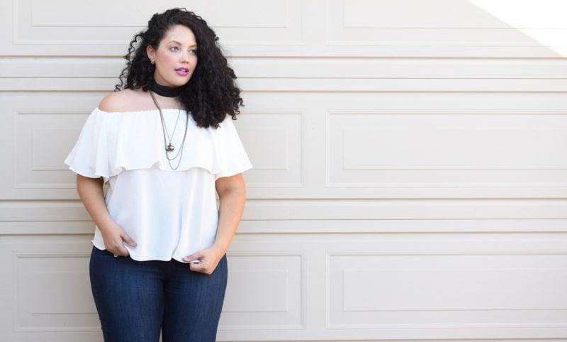 Mode für mollige Frauen weisser Oberteil eindrucksvoll
