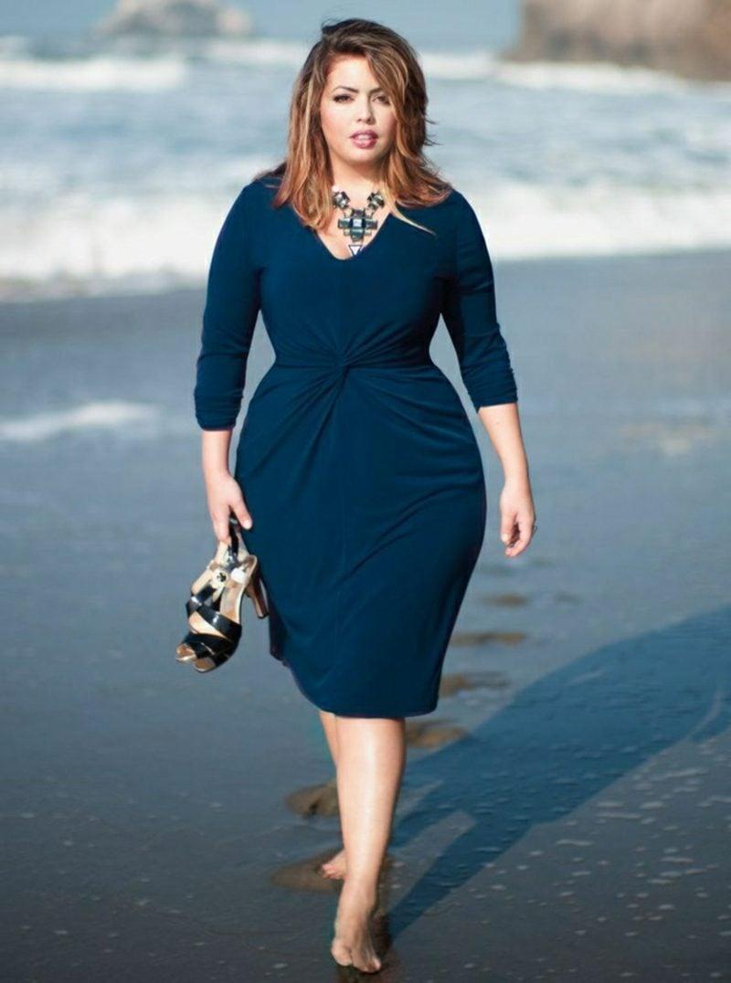 festliche Mode für Mollige dunkelblaues Kleid stilvoller Look