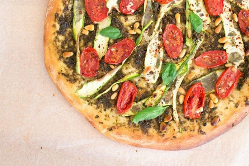 Pizza vegetarisch mit Avocado und Tomaten