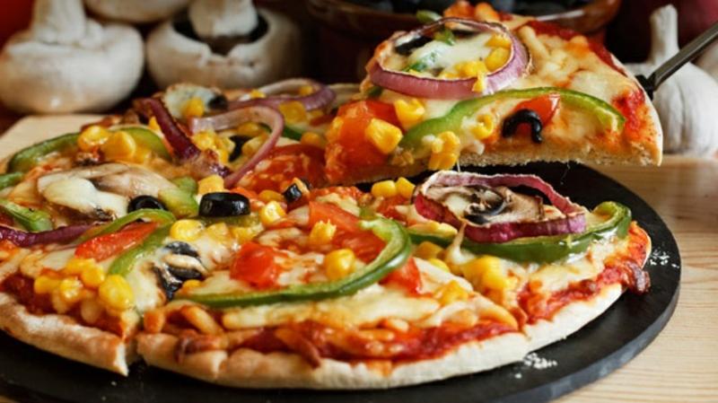 vagane Pizza Tomaten Oliven Mais