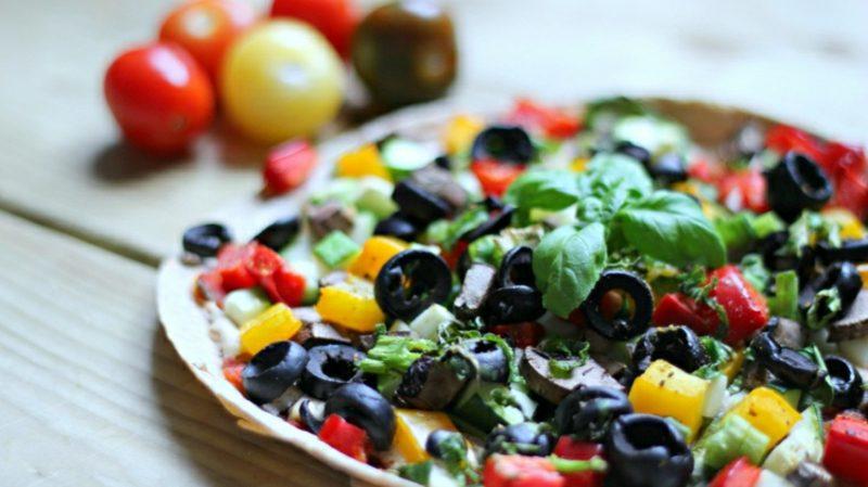 Pizza vegetarisch mit Salsasosse