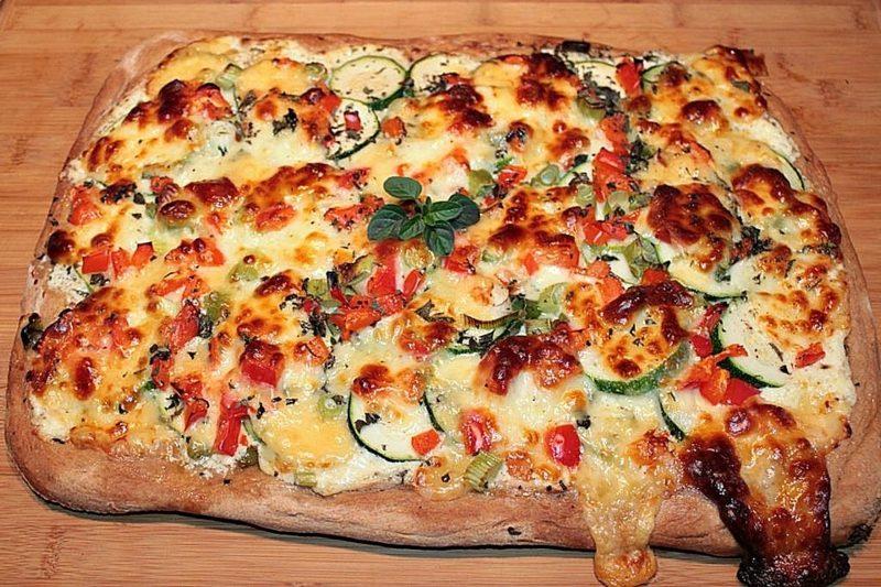 veganer Pizzateig Belag Zucchini Sosse