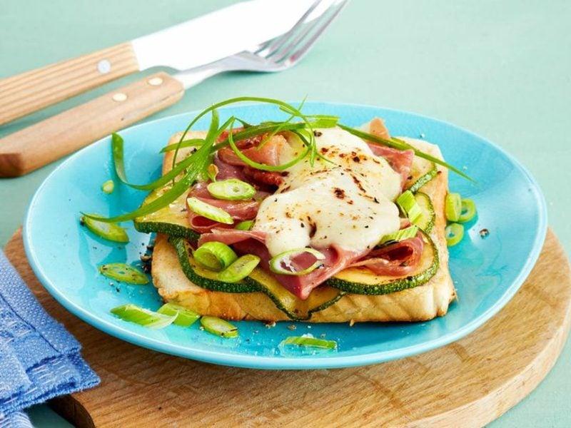 Frühstück gesund Sandwich Käse Zucchini
