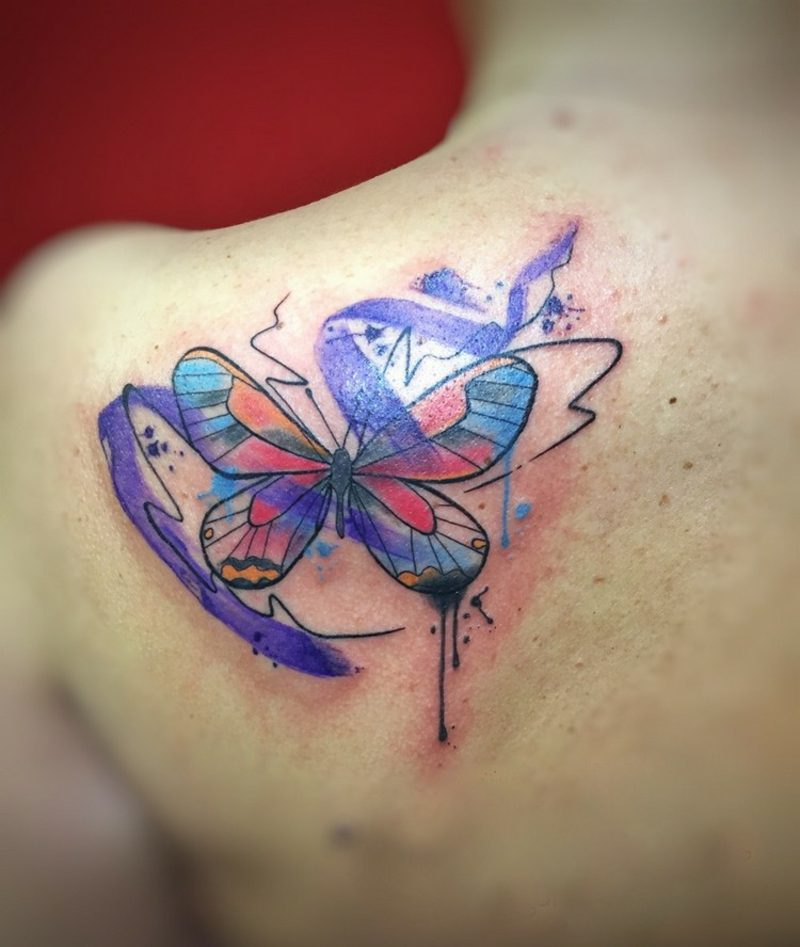 Watercolor Tattoo am Schulter Frau