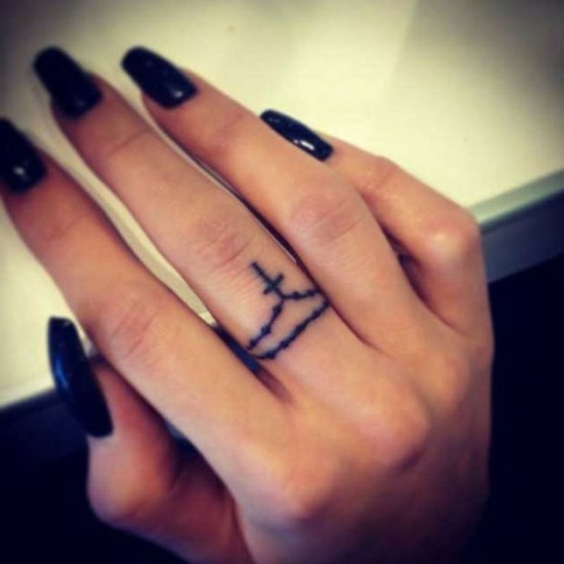 Kreuz Tattoo als Ring origineller Look