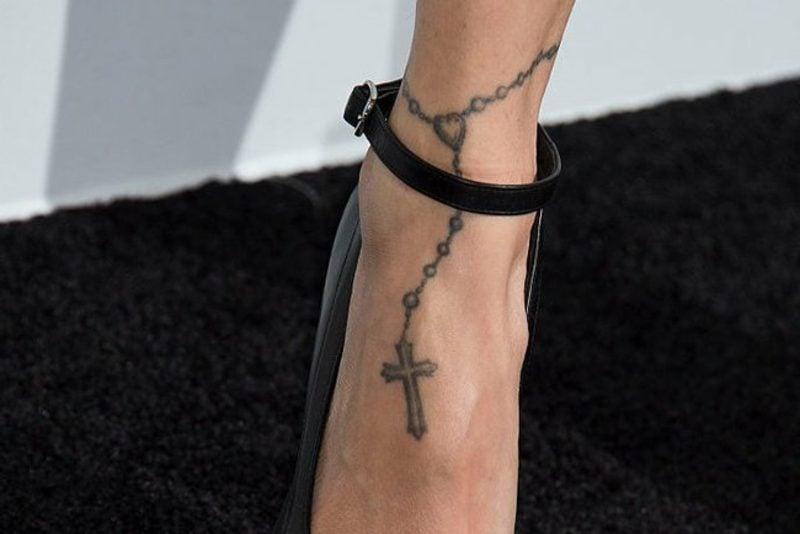 moderne Tattoos Kreuz Fussgelenk
