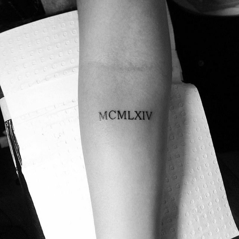 römische Zahlen Tattoo klein dezent Unterarm