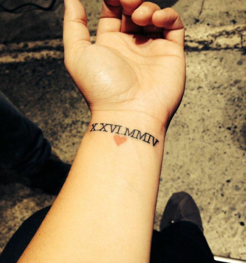 römische Zahlen Tattoo mit Herz originell Handgelenk