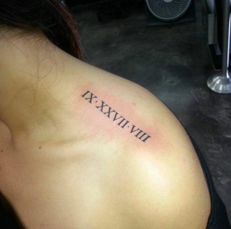 sich einen römische Zahlen Tattoo am Schulter stechen lassen