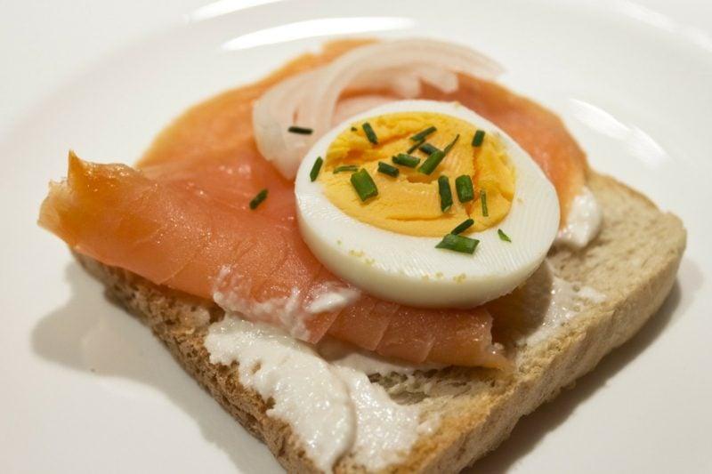 gesundes Frühstück zum Abnehmen Sandwich Ei gekocht Lachs