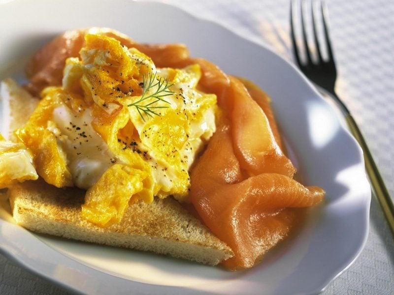 Frühstück gesunde Rezepte Toast mit Eiern und Lachs