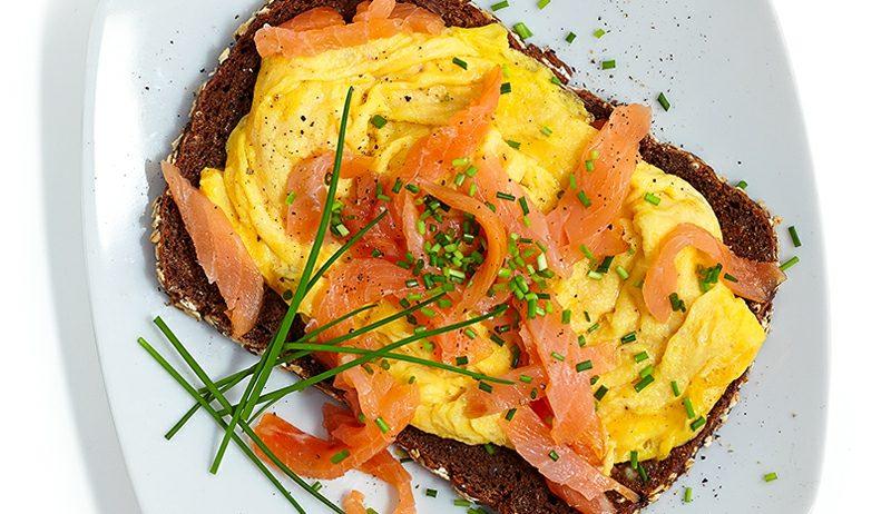 gesundes Frühstück zum Abnehmen Toast mit Eiern und Lachs Rezept