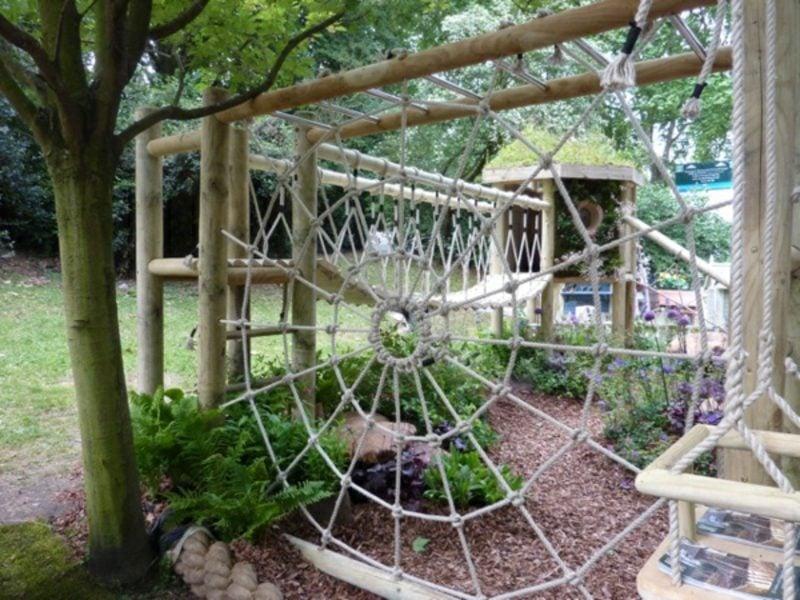 Spielecke im Garten gestalten Klettergerüst