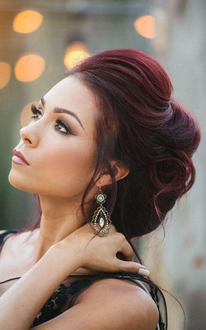 Mahagoni Haarfarbe eindrucksvolle Hochsteckfrisur grosse Ohrringe