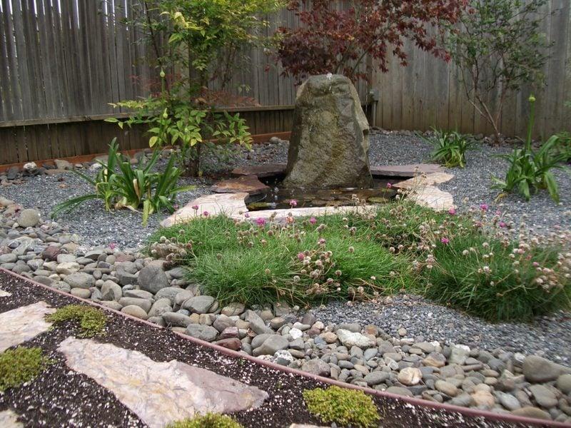 gartengestaltung mit steinen und einem kleinen teich