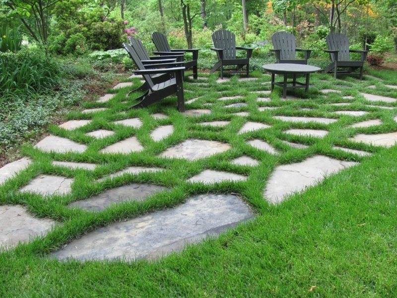 gartengestaltung steinplatten laufweg gras