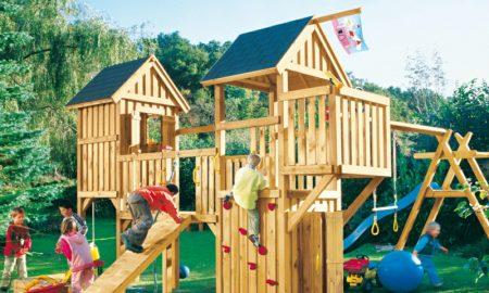 Spielecke mit Klettergerüst im Garten gestalten