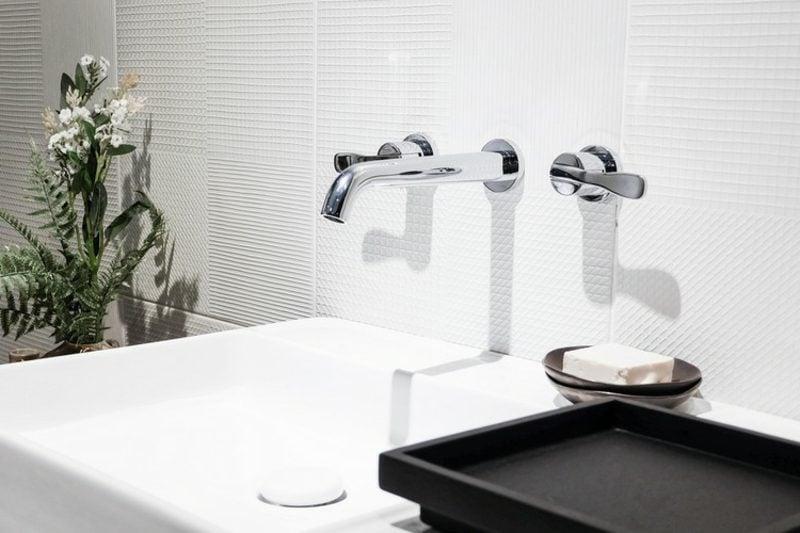 Badgestaltung modern Wasserhahn aus Edelstahl