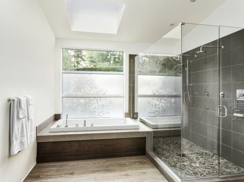 modernes Badezimmer grosse Badewanne Glasduschkabine