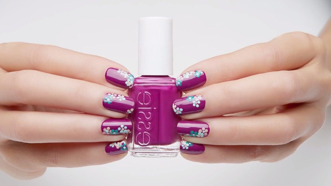 Lila Feld mit Blümchen, einfaches und sehr schickes Nägel Muster