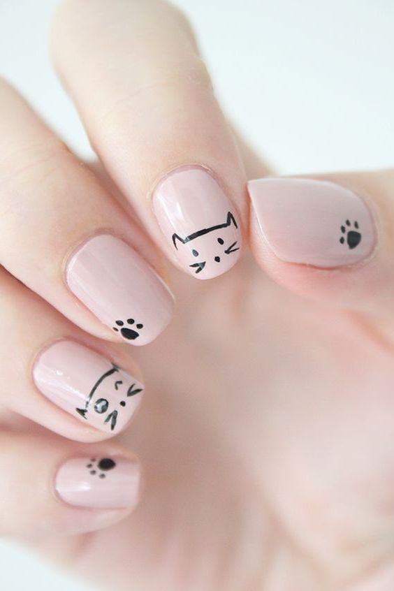 Fingernägel mit Katzen, einfach zu Hause gemacht
