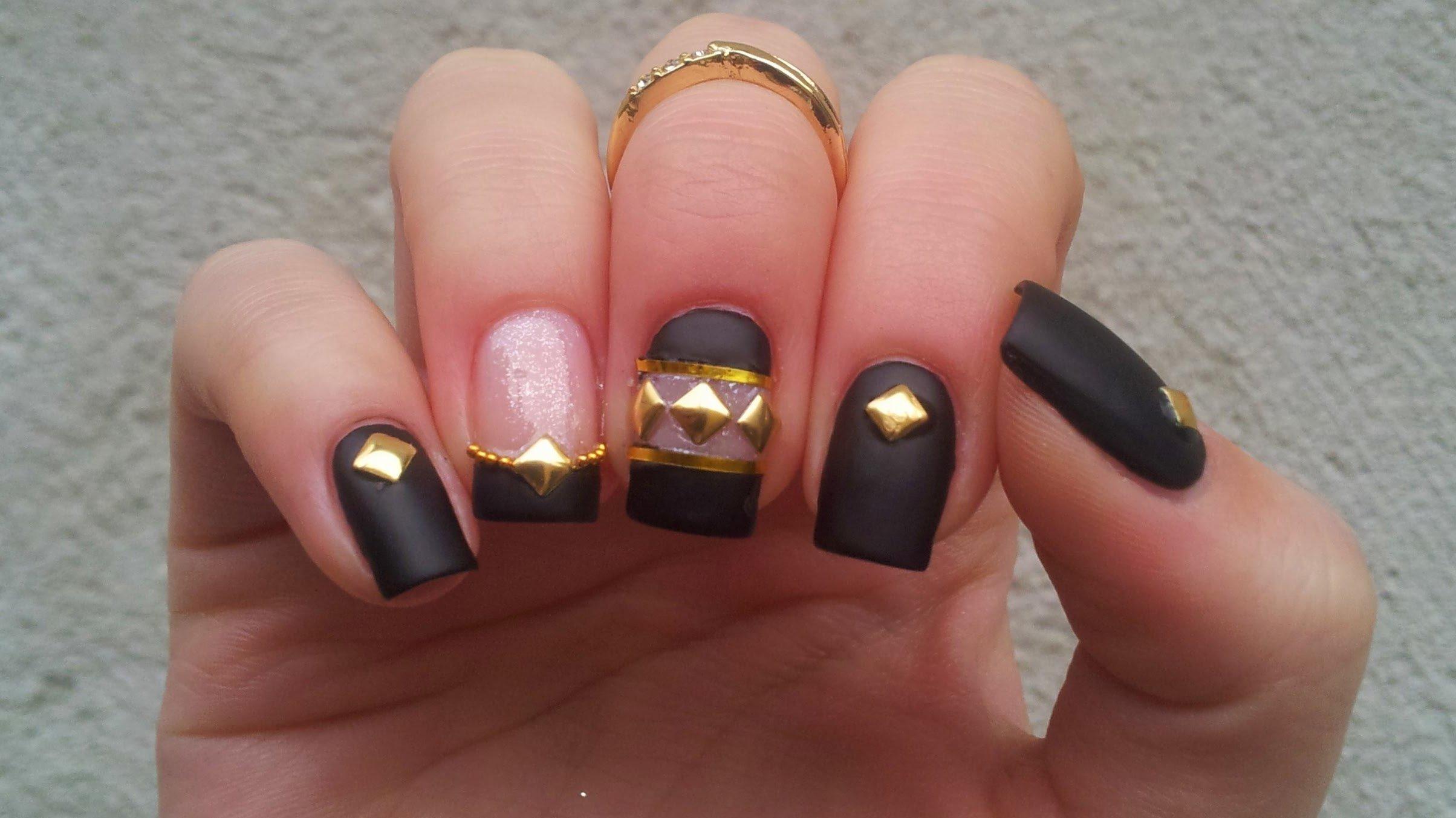 Schöne Nägel mit Gold-Elementen
