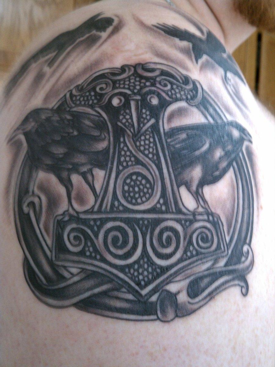 Thorshammer und Huginn und Muninn Tattoo