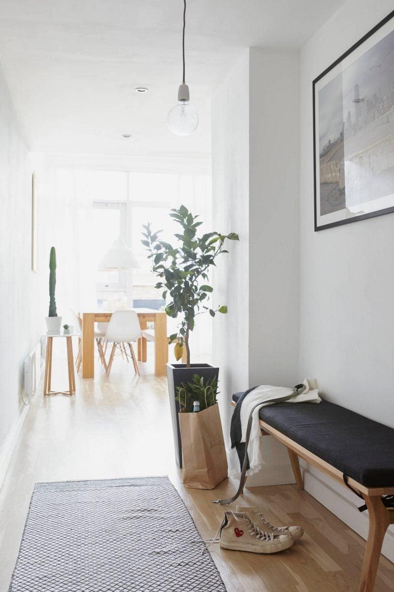 Sitzbank für den Flur im skandinavischen Wohnstil
