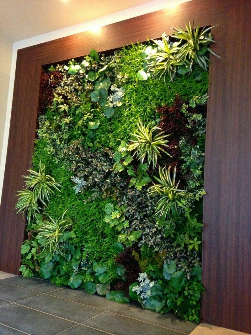 vertikaler garten mit echtpflanzen