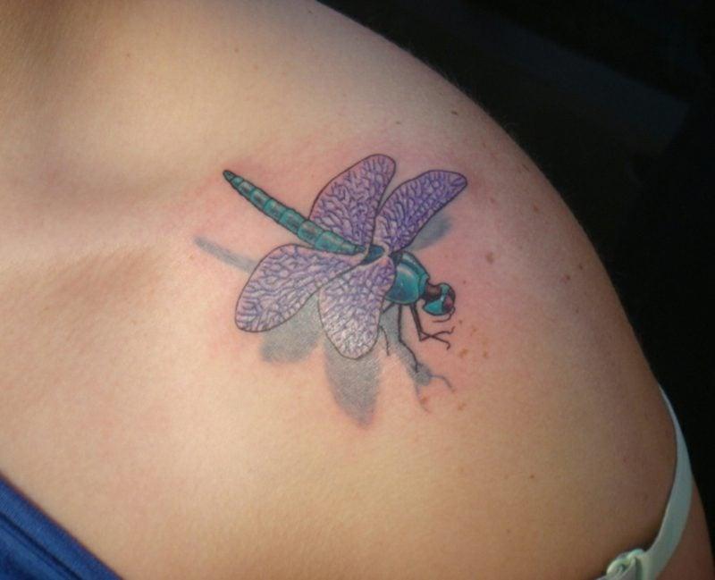 Tattoo Schulter Frau 3D Libelle