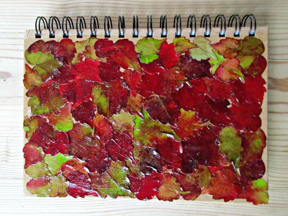 Kreative idee für Heft-Dekoration mit Herbstblättern