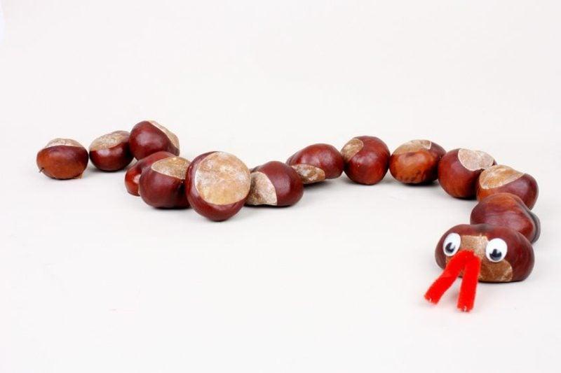 Weihnachtsbasteln mit Kindern Schlange aus Kastanien