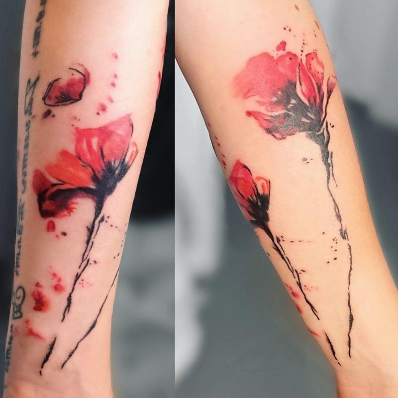 Watercolor Tattoo am Bein Blume