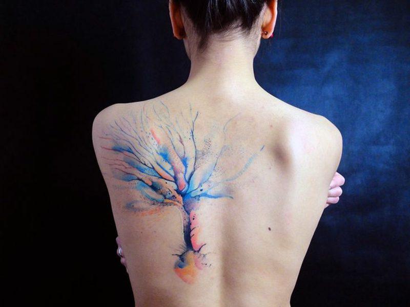 Aquarell Tattoo Baum am Rücken