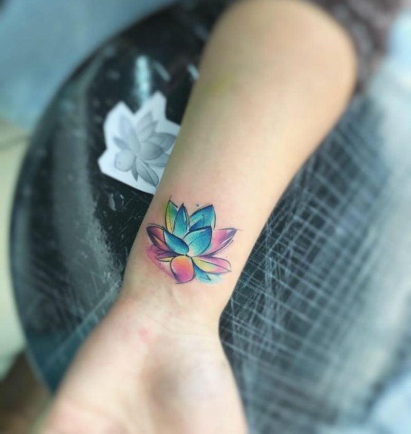Wasserfarben Tattoo am Handgelenk Wasserlilie
