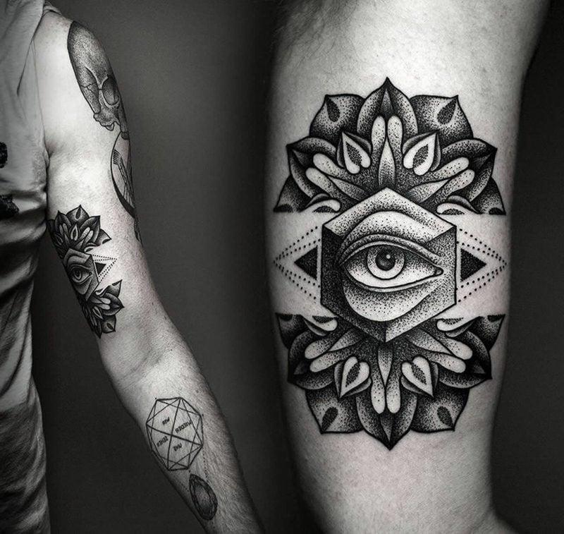 allsehendes auge arm tattoo