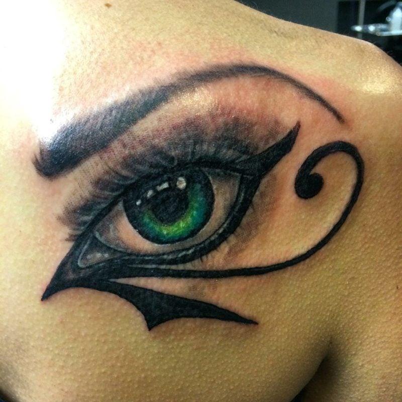 augen tattoo rücken