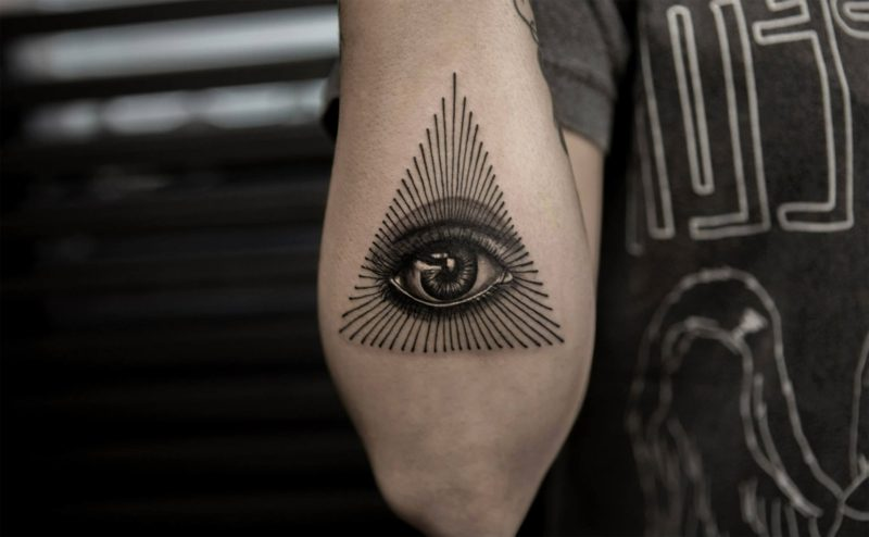 dreieck augen tattoo symbol