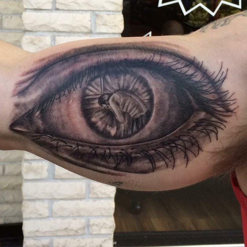 großes augen tattoo spiegel der seele