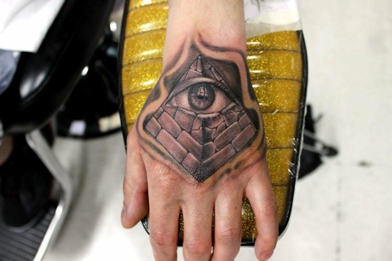 pyramide augen tattoo