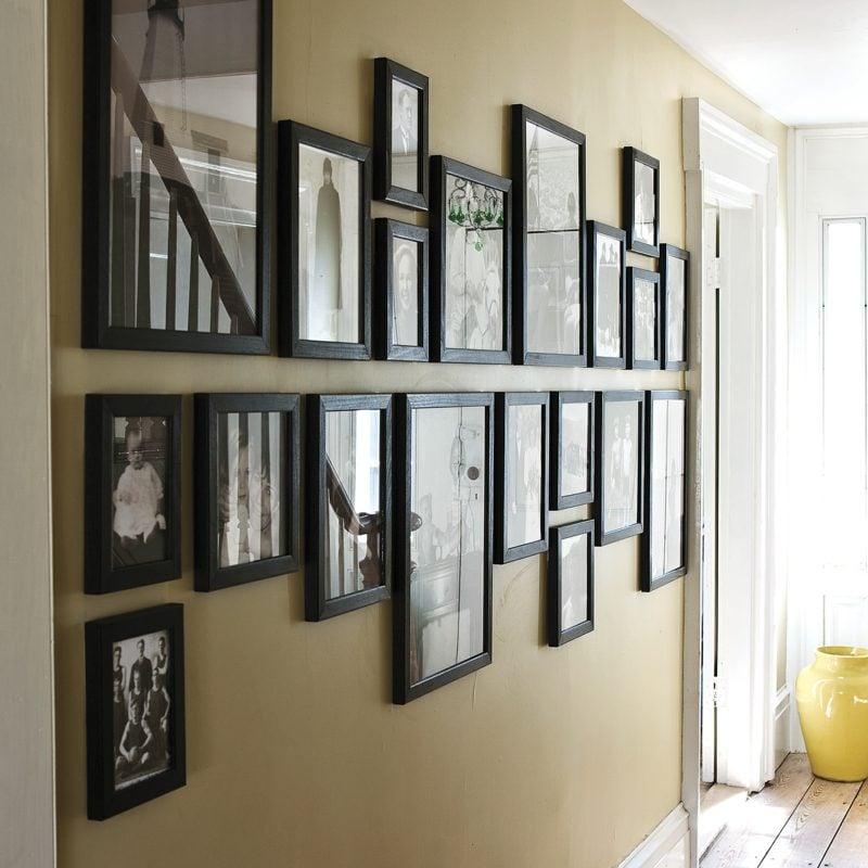 fotowand im flur symetrische bilderrahmen anordnung