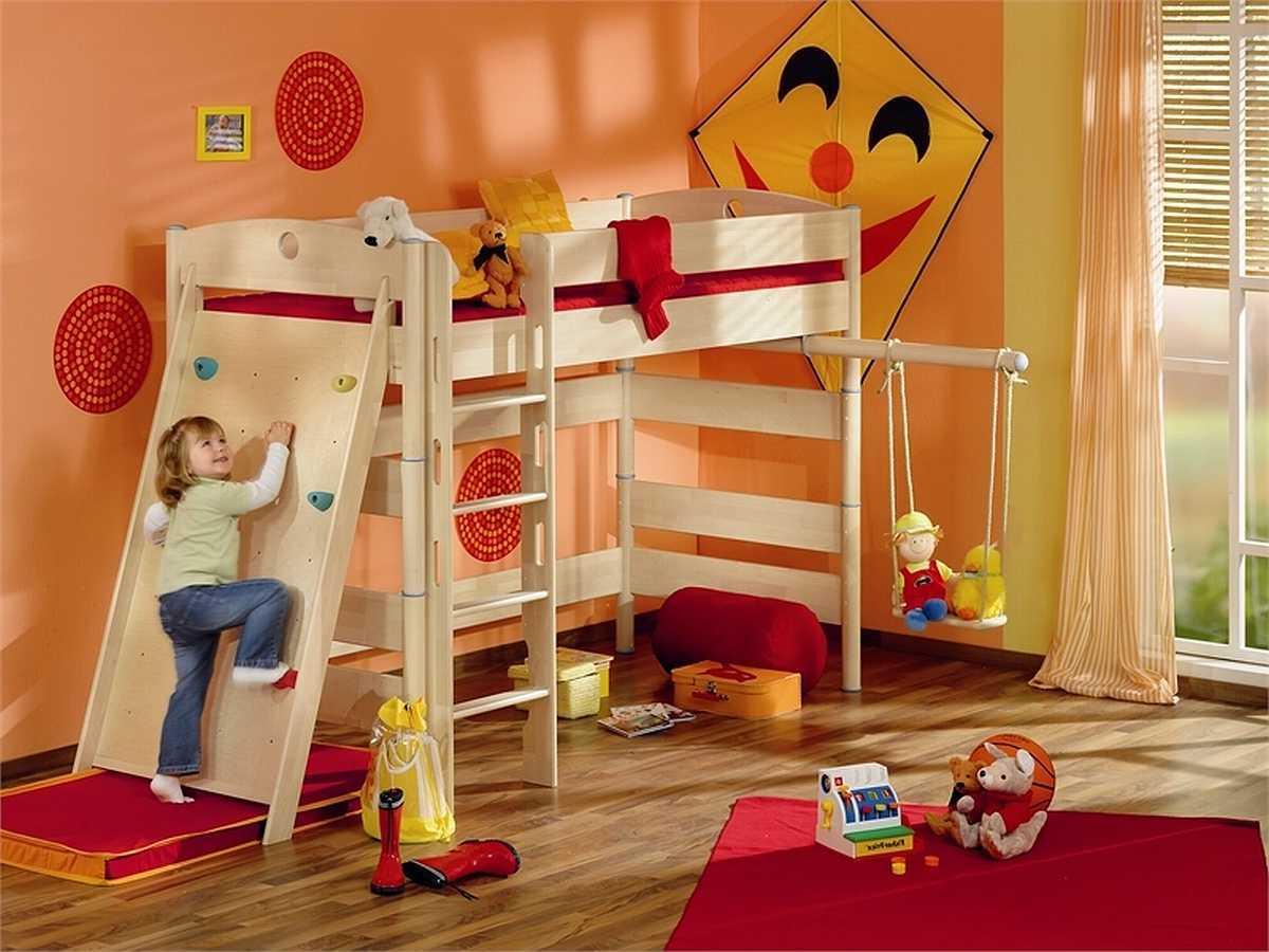 Lustiges Kinderzimmer mit Kletterwand