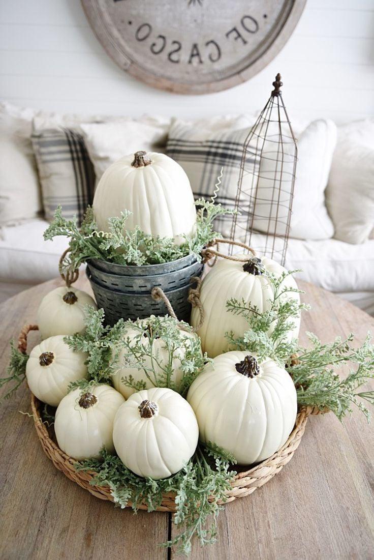 Herbstliche Tischdeko mit weißen Kürbissen