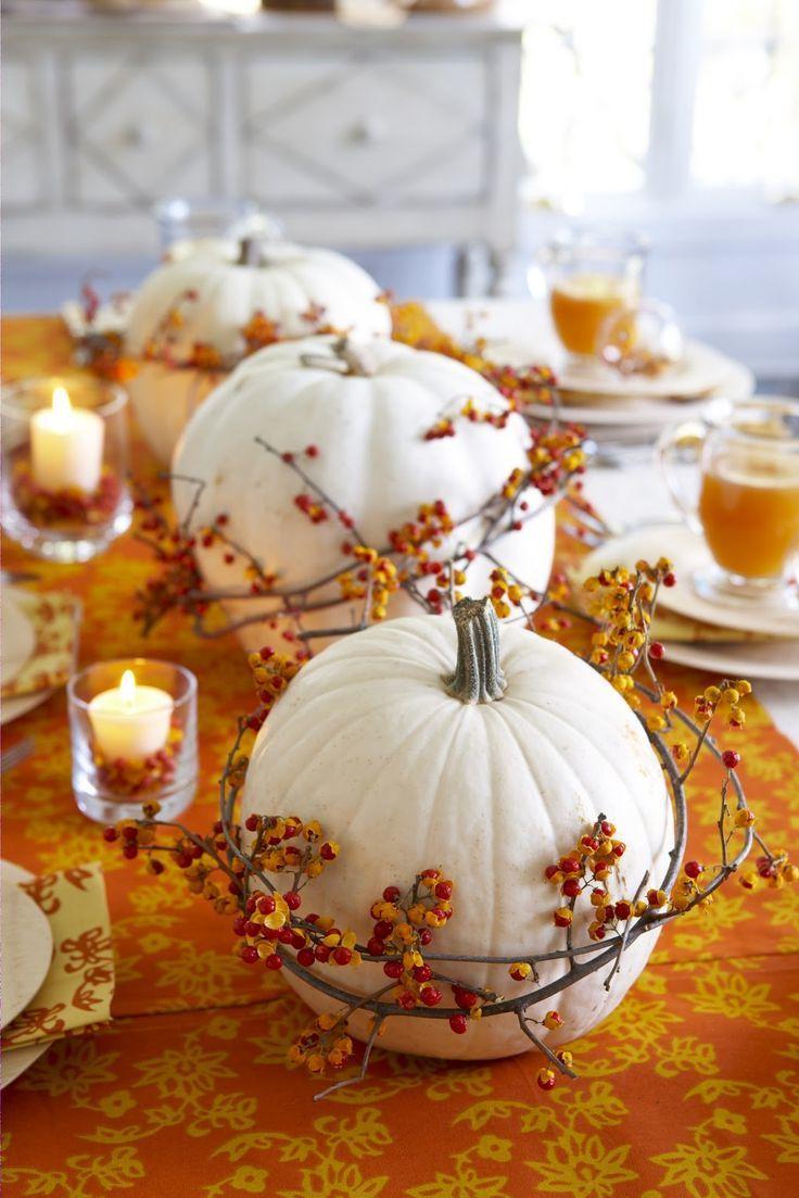 Tisch dekorieren mit weißen Kürbissen