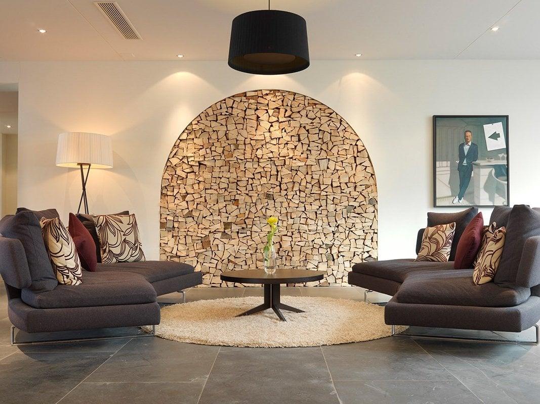 Stilvolles Wohnzimmer mit interressanter Wandgestaltung