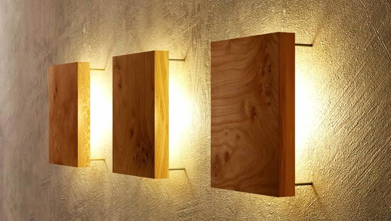 Wandbeleuchtung mit Holzplatten